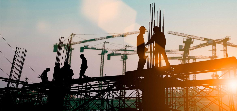 Bauarbeiter unterhalten sich auf einem Baugerüst