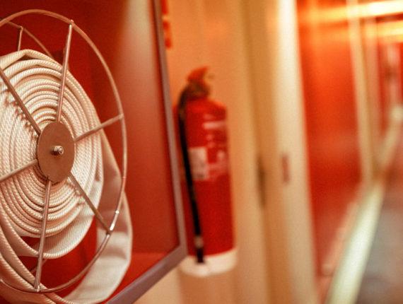 Hotelgang mit Feuerlöscher und Löschschlauch