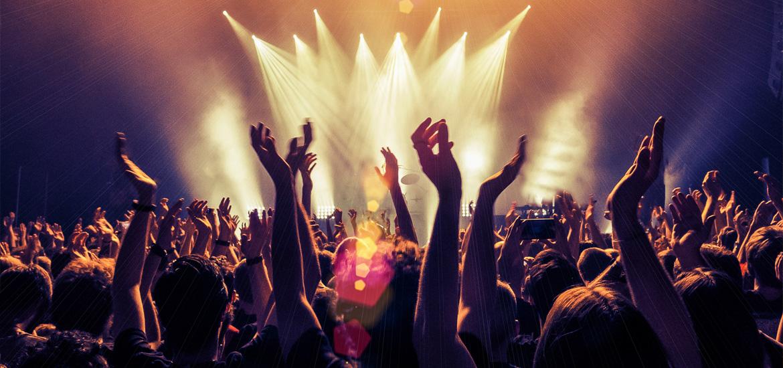 Menschen jubeln auf einem Konzert