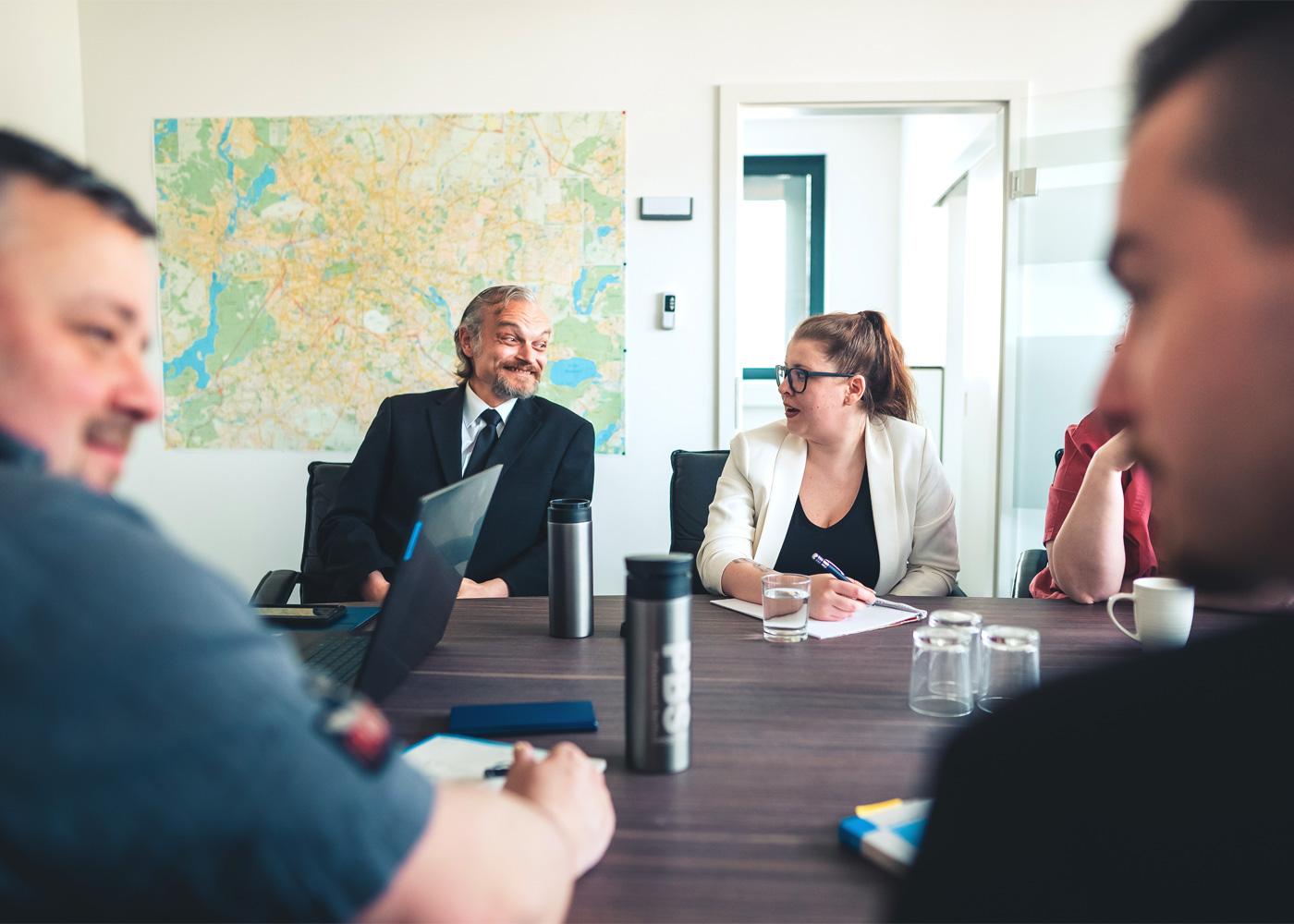 Team der PBS GmbH sitzt am Tisch in einem Meeting