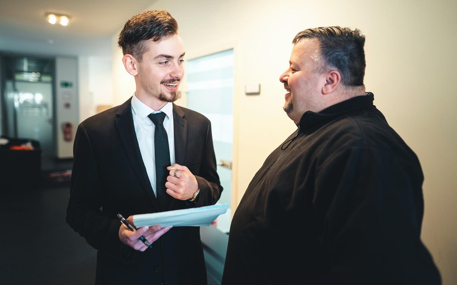 Vertrauensperson der Auszubildenden Marcel Fiedler im Gespräch mit dem Chef der PBS GmbH