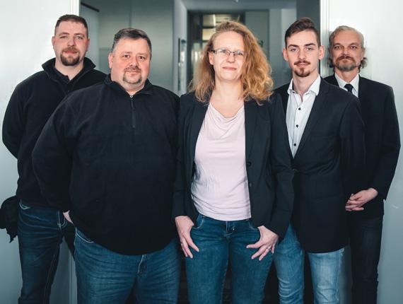 Team der Sicherheitsfirma PBS GmbH steht im Büro